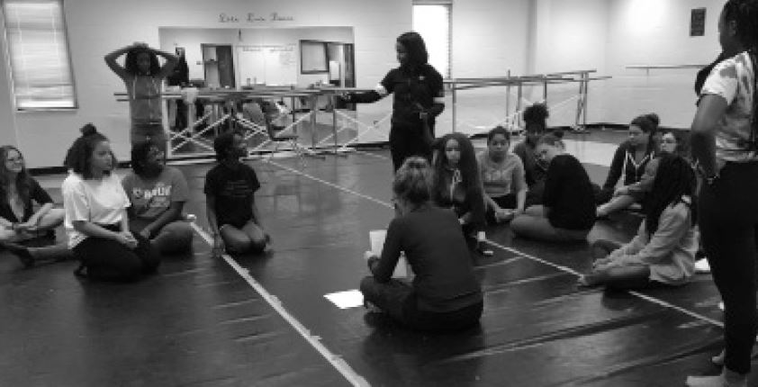 Parkview%27s+dance+instructor+Lindsey+Meyers+in+the+midst+of+teaching+her+beginner+dance+students.+%28photo+by+Amy+Kim%29